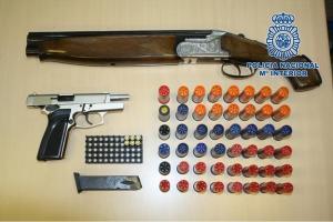 Armas intervenidas en la vivienda.