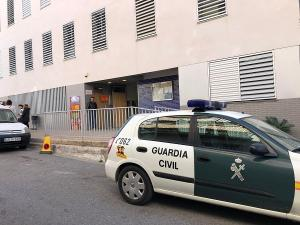 Colegio electoral de Vélez Benaudalla en el que ha fallecido una mujer tras votar.