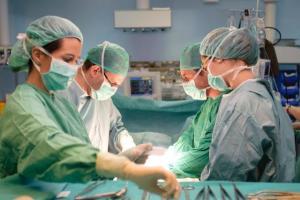 Profesionales sanitarios durante una intervención.