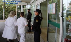 Vigilancia policial en un hospital.