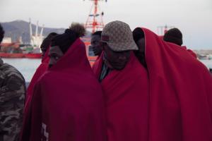 Migrantes aguardan a ser atendidos por el voluntariado de Cruz Roja.