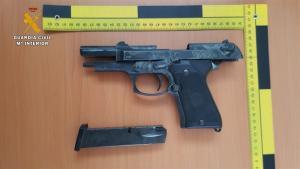 Pistola intervenida a los detenidos.
