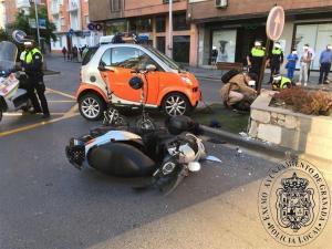 La moto, en el suelo mientras atienden al herido.