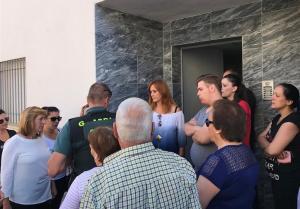 La concentración ha sido promovida por la alcaldesa, María Nieves López (a la izqda.)