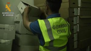 Un agente inspecciona productos del detenido.