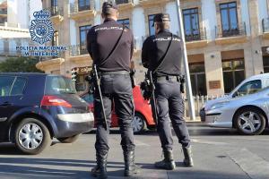 Agentes de Policía vigilan las calles.