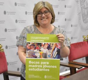 La concejala Ana Muñoz muestra el cartel del programa de ayudas.