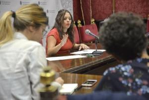 La concejala Jemi Sánchez informa de los programas educativos.