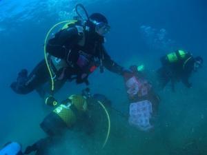 Tareas de limpieza dentro del mar.