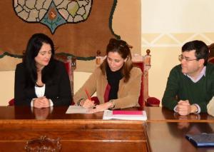 La delegada de Medio Ambiente firma el contrato.