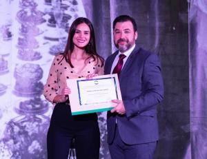 Teresa Ródenas-Herranz recibe el premio.