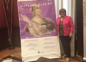Ana Muñoz, con el cartel del homenaje.