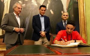 Ignacio Fontes firma en el libro de honor de la ciudad.