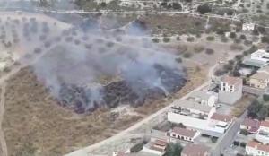 Imagen del fuego junto a viviendas en Íllora.