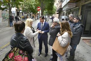 Una vecina habla con el alcalde en la calle San Juan de Dios.