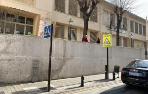 Muro del colegio, en la calle Molinos.