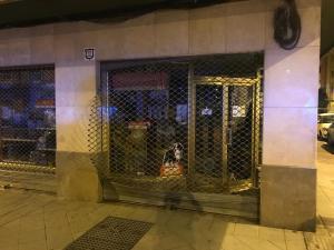 Imagen de la tienda con la persiana reventada.