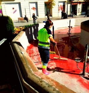 Limpieza de los restos de la pintura en la Fuente de las Batallas.