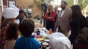 Las autoridades visitan en el inicio de las jornadas a los pequeños cocineros.