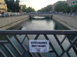 'Esto antes era un río', se puede leer en un pequeño cartel colocado en un puente del tramo urbano del Genil