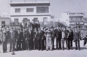 El asesino confeso, en una fotografía con sus compañeros de quinta, en la plaza del pueblo, delante de la carnicería de donde se llevó a la niña.