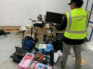 Un agente, con algunos de los artículos recuperados.