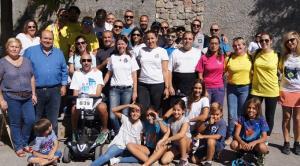 Participantes en la sardinada junto a Jorge Abarca (subido en un vehículo).