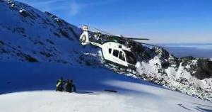 El helicóptero de la Guardia Civil despega para la evacuación.