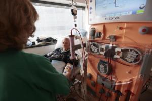 Paciente recibe hemodiálisis en el hospital del PTS.
