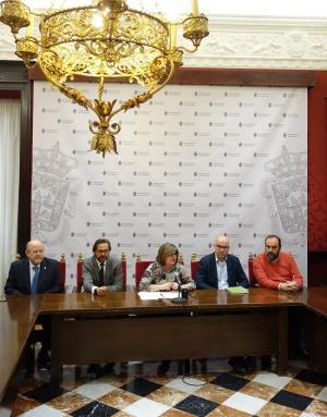 La teniente de alcalde Ana Muñoz con los representantes de los grupos municipales.