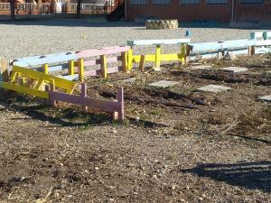 Los restos de madera suponen un peligro para los niños y niñas que lo utilizan como zona de recreo.