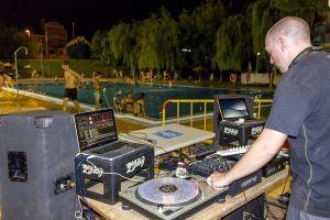 Un Dj pone música mientras los jóvenes se bañan, en una anterior edición de la iniciativa.