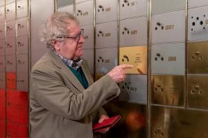 Ian Gibson deposita dos libros de Brenan en la Caja de las letras.