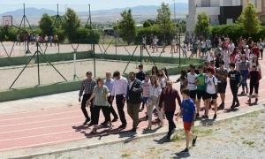 Autoridades y alumnado del instituto caminan por las instalaciones del centro.
