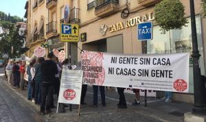 Protesta de Stop Desahucios frente una sucursal bancaria en el Realejo.