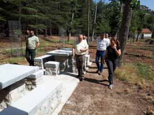 Nuevas mesas instaladas en el área recreativa Fuente de los Potros.
