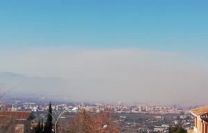 La nube de polución, muy visible sobre Granada y su Vega.