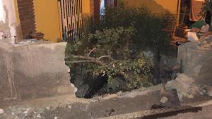 Vivienda en la que se empotró el coche, que rompió el muro.