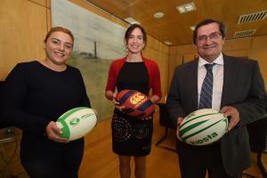 Alhambra Nievas, en el centro, junto al presidente de la Diputación y la diputada de Deportes.
