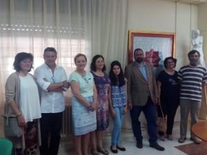 La estudiante, con su familia, profesores y responsables de Educación.