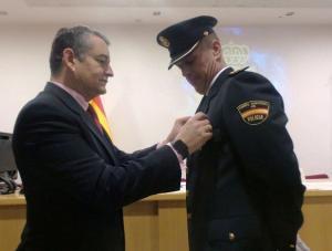 Sanz condecora a un policía en los actos de este miércoles.