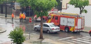 Bomberos trabajando esta tarde en Atarfe, en una imagen difundida por twitter por un vecino del municipio.