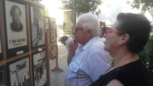 Vecinos observan algunas de las fotografías.