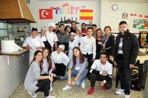 Alumnado participante en el proyecto Erasmus+, en comedor del centro.