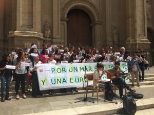 Acto reivindicativo de Andalucía Acoge junto a la Catedral.
