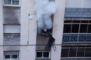 Un bombero, dentro del piso incendiado.
