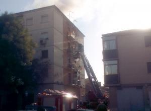 Bomberos rescatan a una familia por la escalera mecánica.