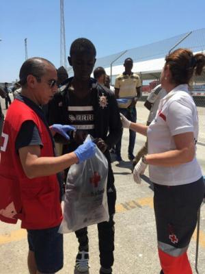 Uno de los inmigrantes, atendido por la Cruz Roja de Motril.