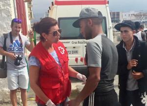 La Cruz Roja atiende a una de las personas recatadas.