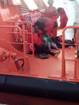 Los inmigrantes rescatados han sido trasladados al Puerto de Motril.